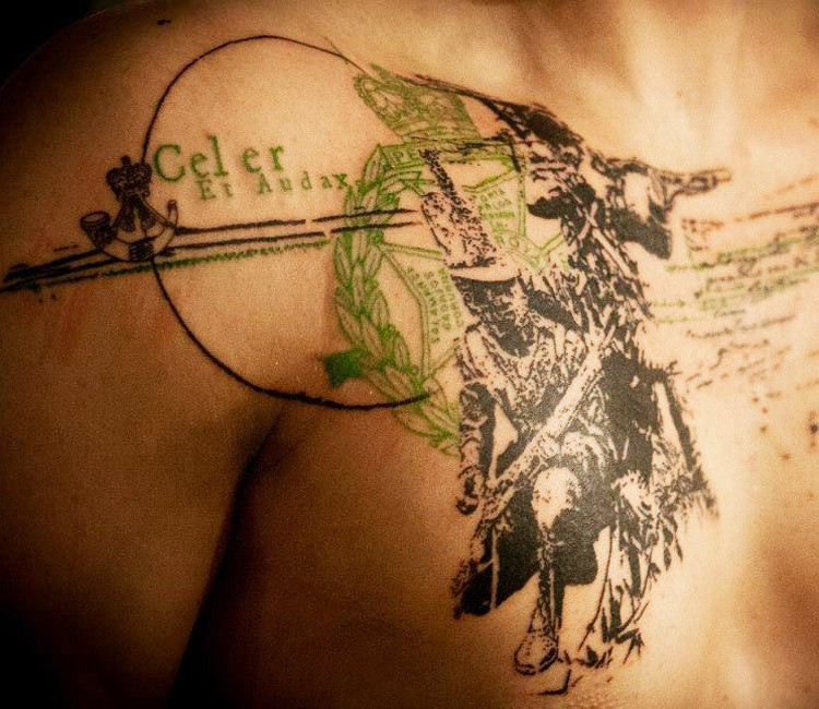 Tatuaggio con la clavicola in stile vintage trash polka colorato di lettere con vecchi soldati