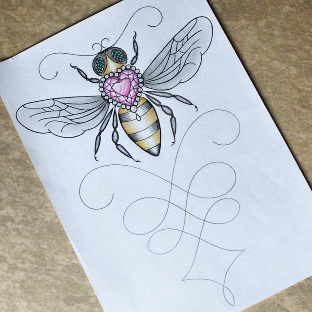 Colorful bee decorated with rosy beaded heart-shaped jem tattoo design