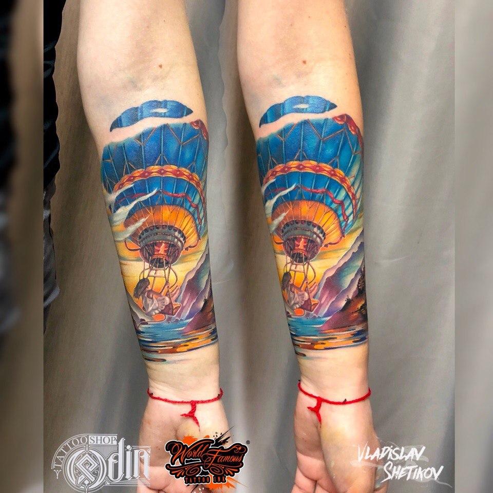 Tatuaggio con mongolfiera colorato sull&quotavambraccio