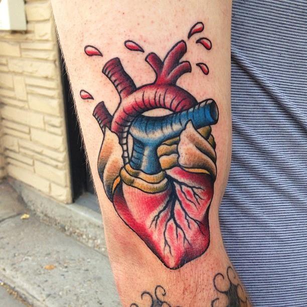 colorato classico americano tatuaggio con cuore ferito su braccio