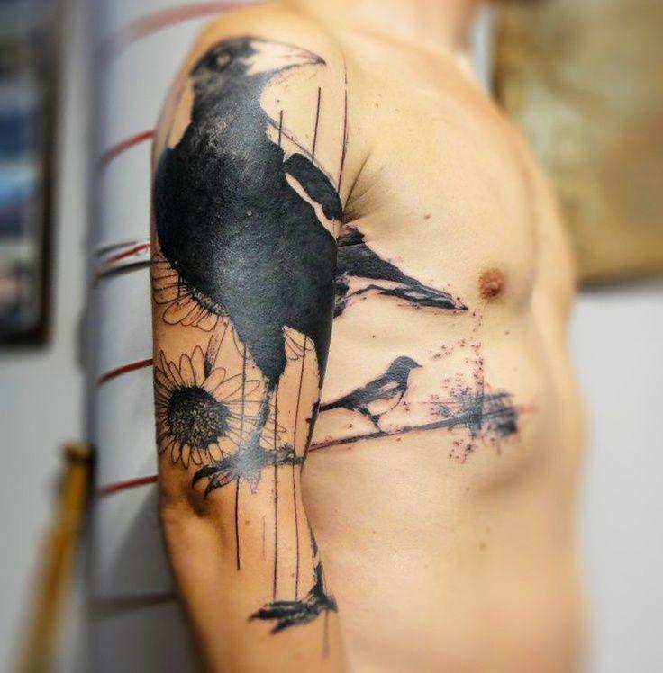 fresco corvo nero con fiore bianco tatuaggio a mezza manica
