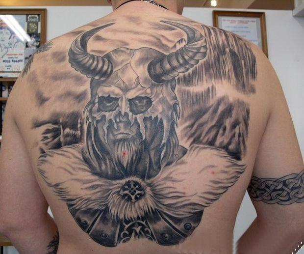 incredibile vichingo guerriero con casco corna tatuaggio sulla schiena