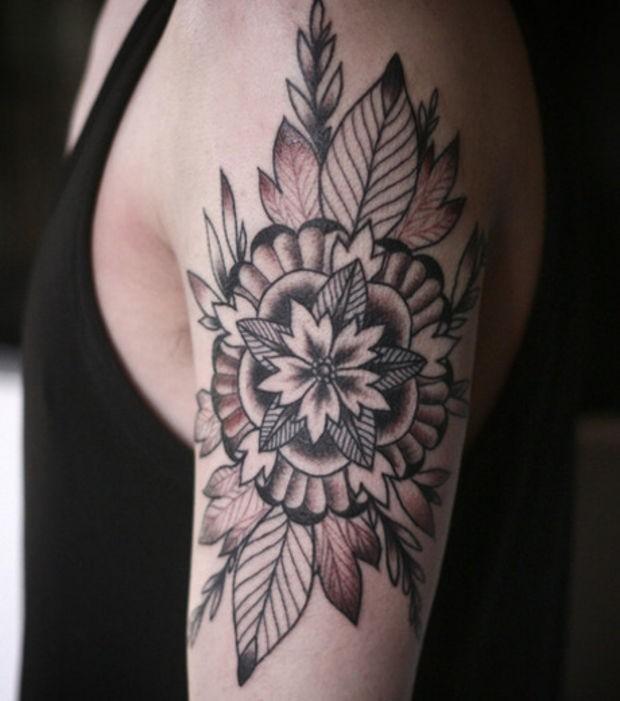 carina inchiostro nero fiore mandala a forma di stella con foglie tatuaggio