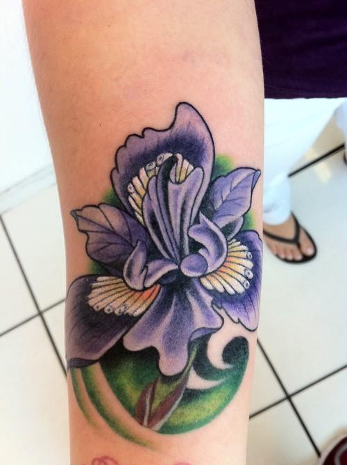 fiore fresco colorato iris di fumetto tatuaggio su braccio