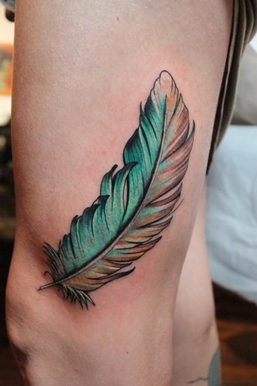 fresco bella  colorato piuma tatuaggio su coscia