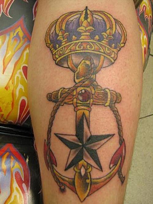 fresco scuola vecchia ancora con corona monarca e stella tatuaggio su gamba