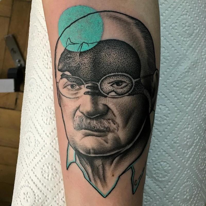 Tatuaggio creativo dipinto in stile surrealista da Mariusz Trubisz