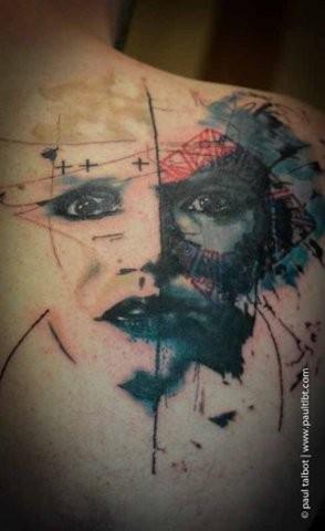 Tatuaggio scapolare colorato dall&quotaspetto inquietante ritratto femminile spaventoso
