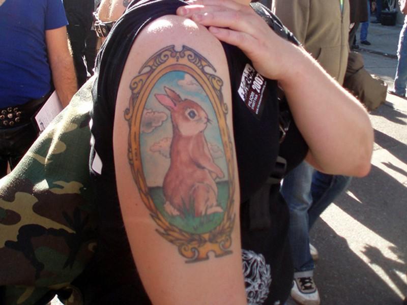 cartone animato colorato piccolo ritratto di coniglio tatuaggio su spalla