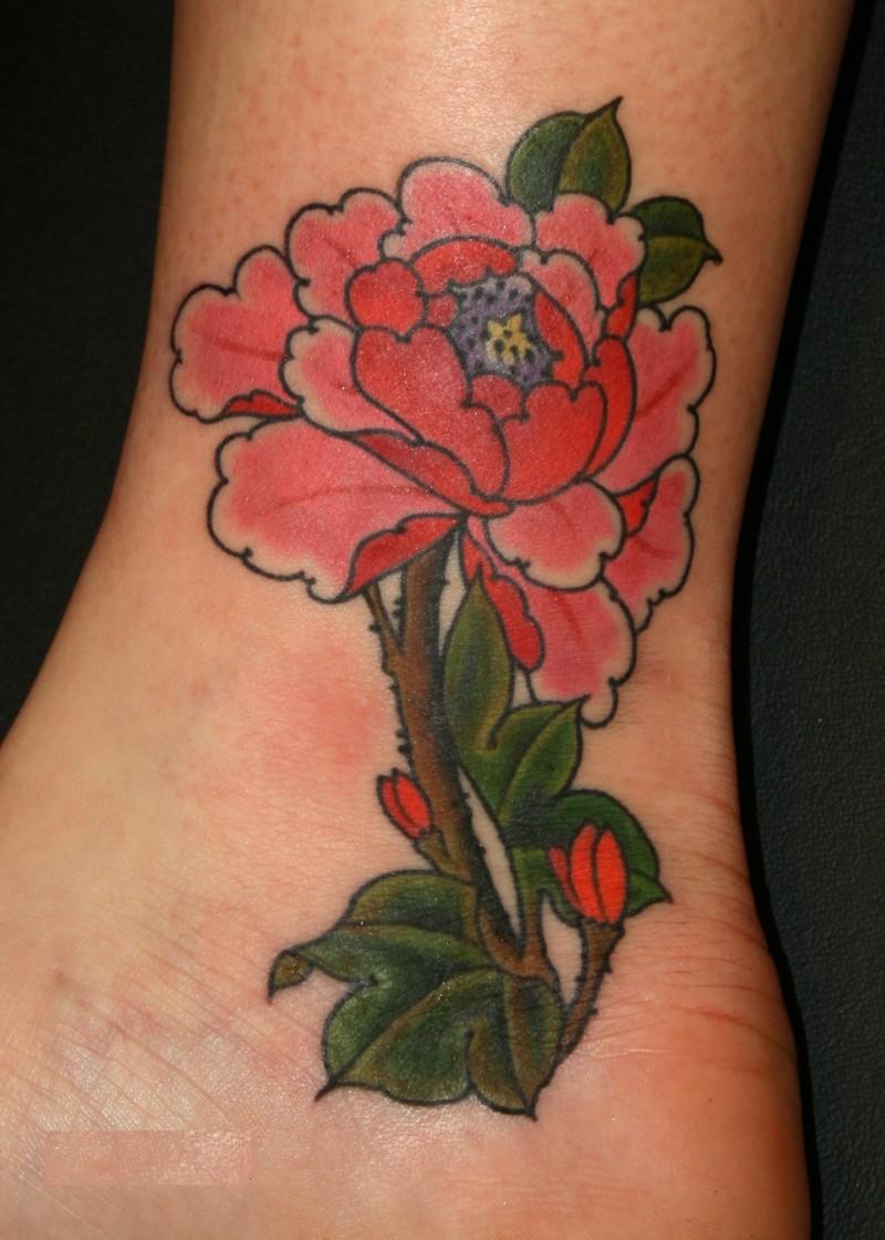 carina piccola fiore peonia tatuaggio su caviglia