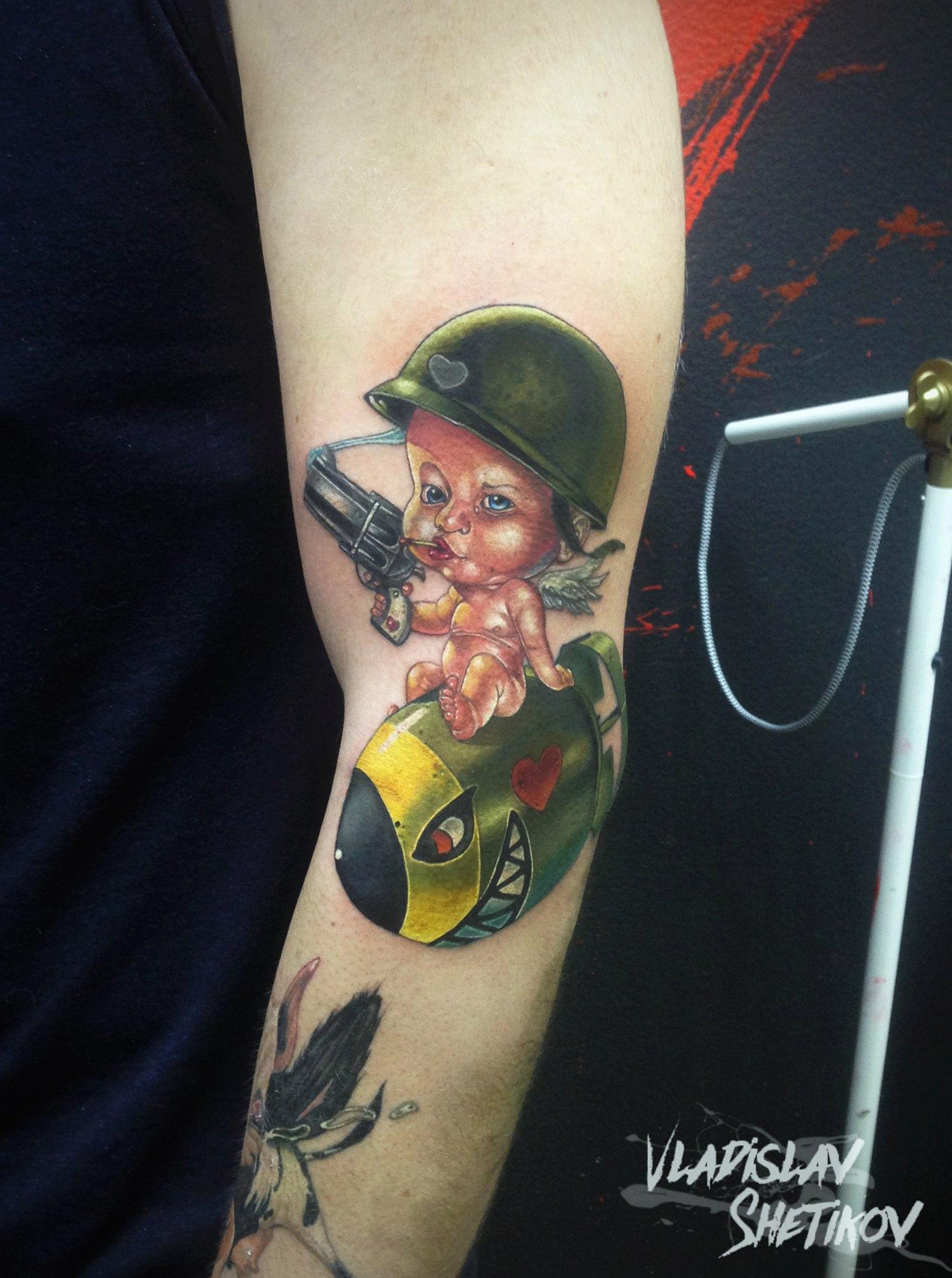 Carino tatuaggio bambino militare sul braccio