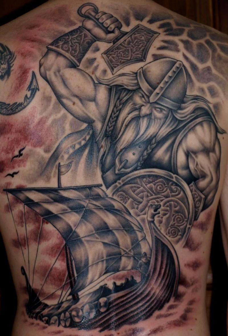 vichingo guerriero arrabbiato e nave tatuaggio sulla schiena