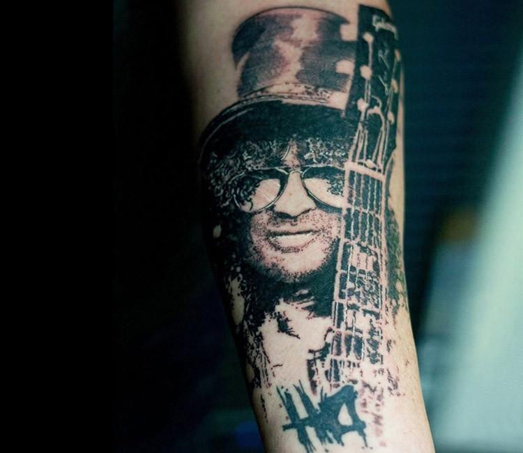 Tatuaggio avambraccio in inchiostro nero stile dotwork di Slash portrait con chitarra