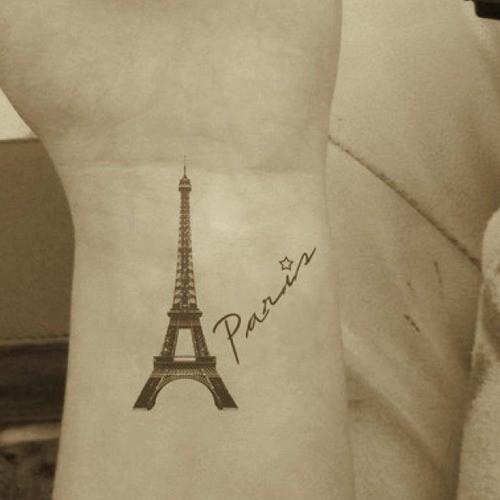 elegante scritto paris con Eiffel Tower tatuaggio su polso