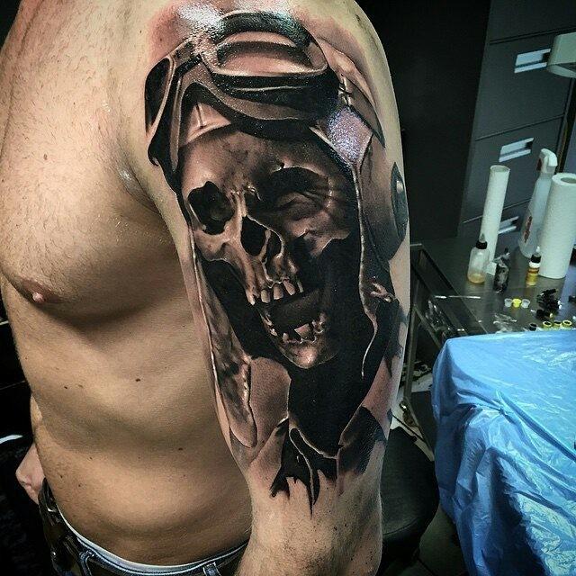 Tatuaggio di scheletro pilota enorme in stile 3D