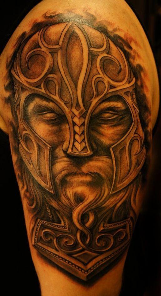 senza occhio vichingo guerriero in casco tatuaggio sulla spalla