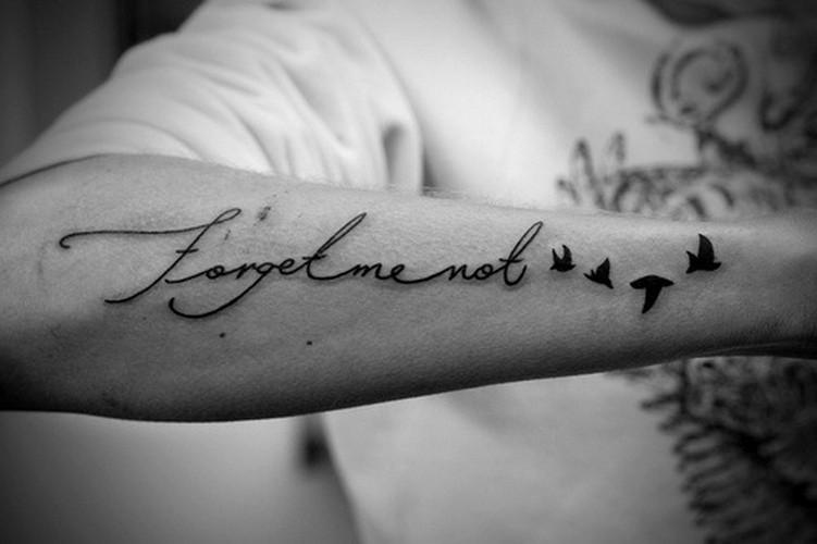 non dimenticarmi scritto con uccelli tatuaggio su braccio