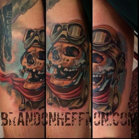 Tatuaggio bicipite colorato in stile 3D divertente dello scheletro pilota divertente