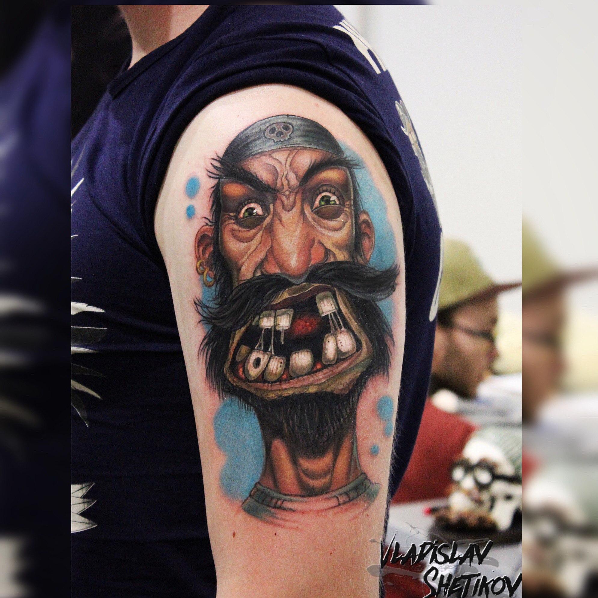 Tatuaggio pirata divertente cartone animato sulla spalla
