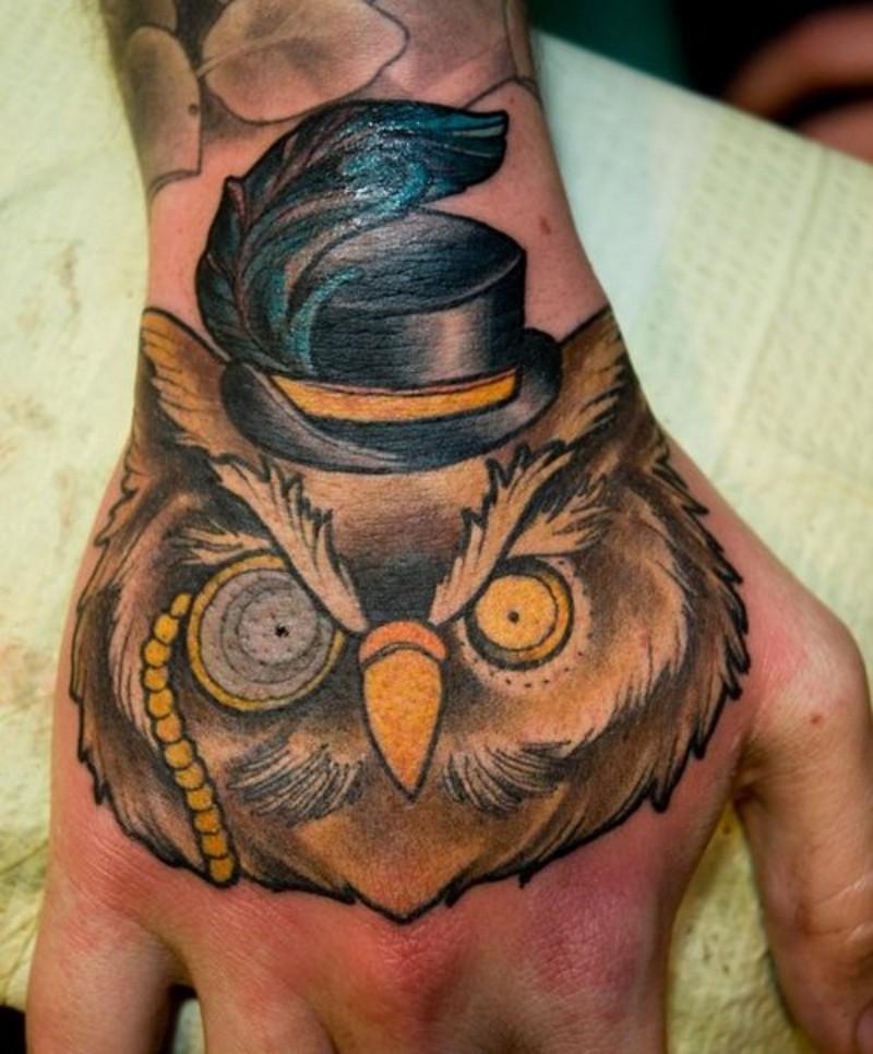 divertente gentiluomo gufo animale colorato tatuaggio su mano