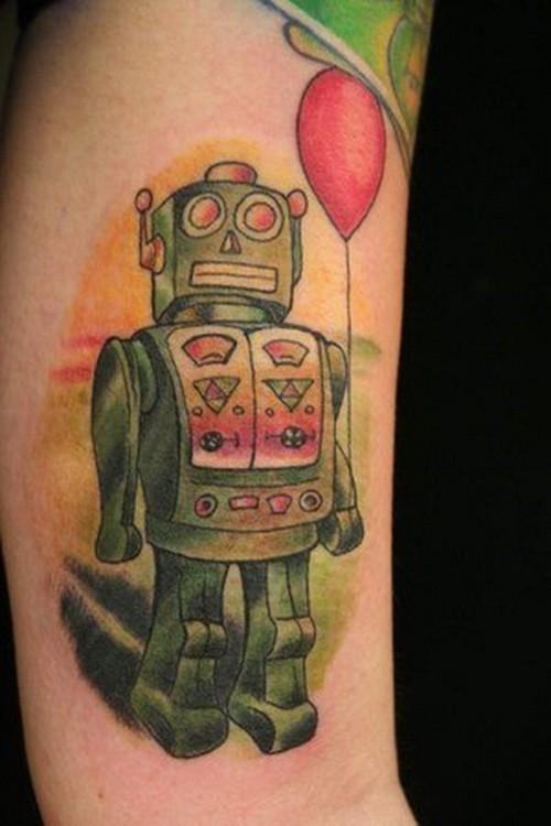 bel giocatolo robot verde con pallone rosso tatuaggio su braccio