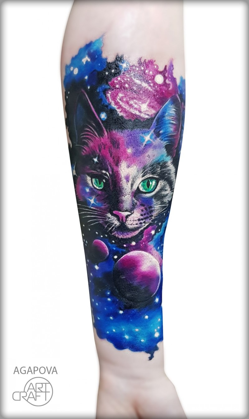 Grande gatto e tatuaggio spaziale sull&quotavambraccio