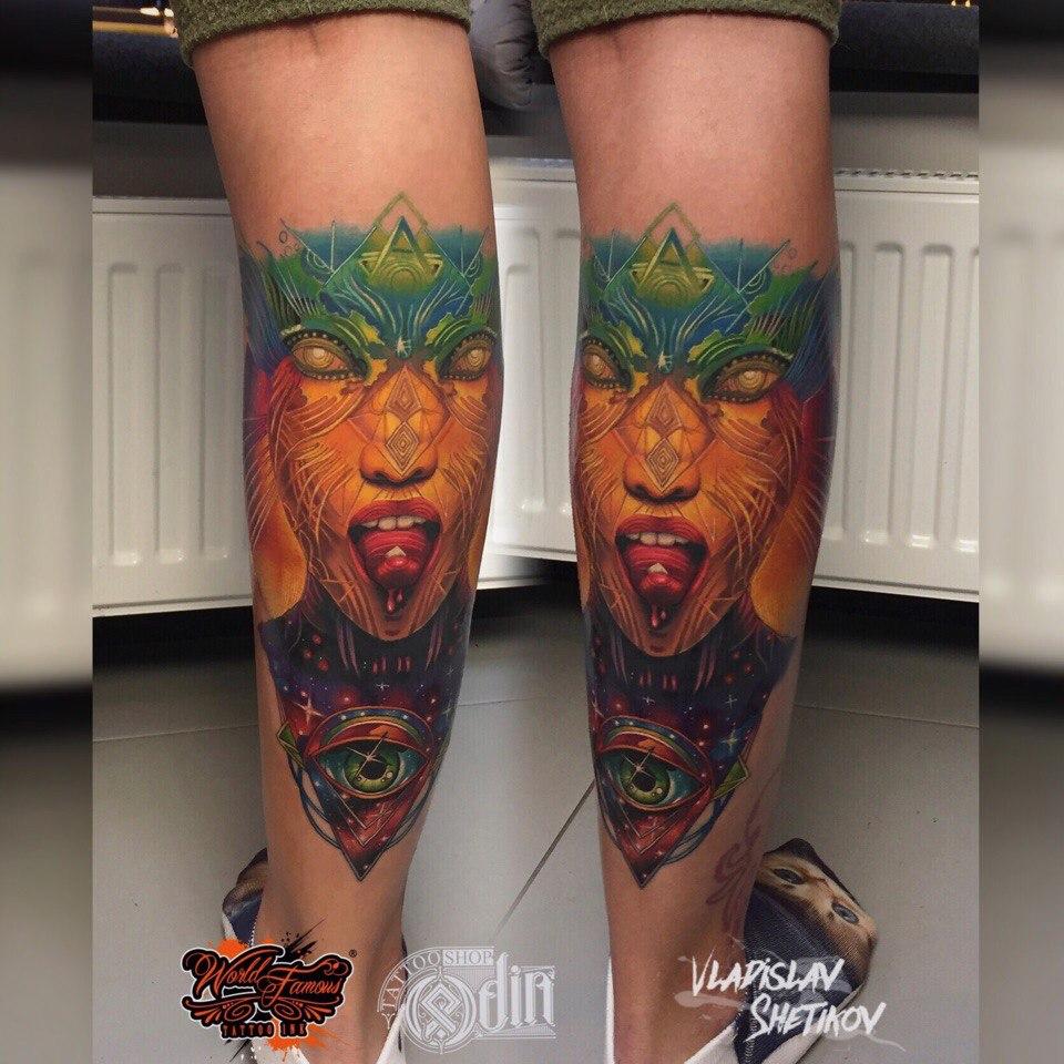 Gran tatuaje de arte abstracto en la pierna