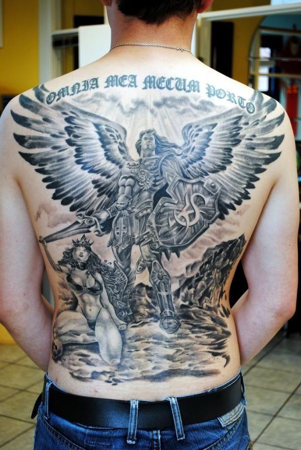 grande angelo guerriero con ragazza sulla schiena