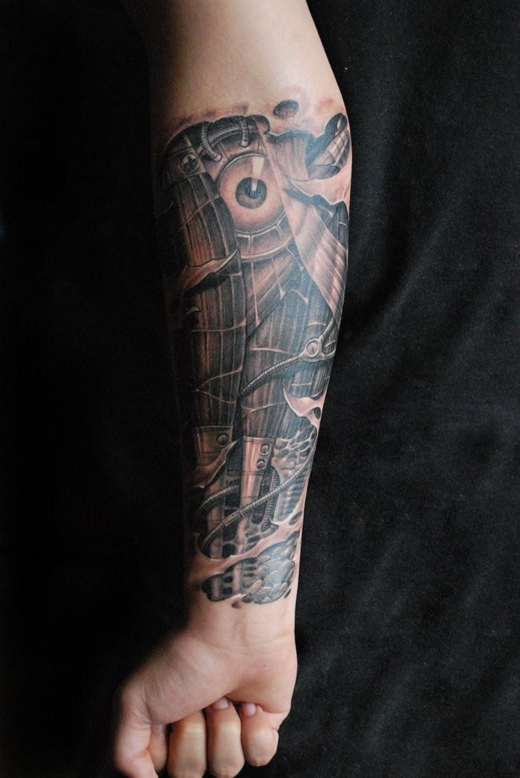 grande biomeccanica muscoli e occhio tatuaggio su braccio