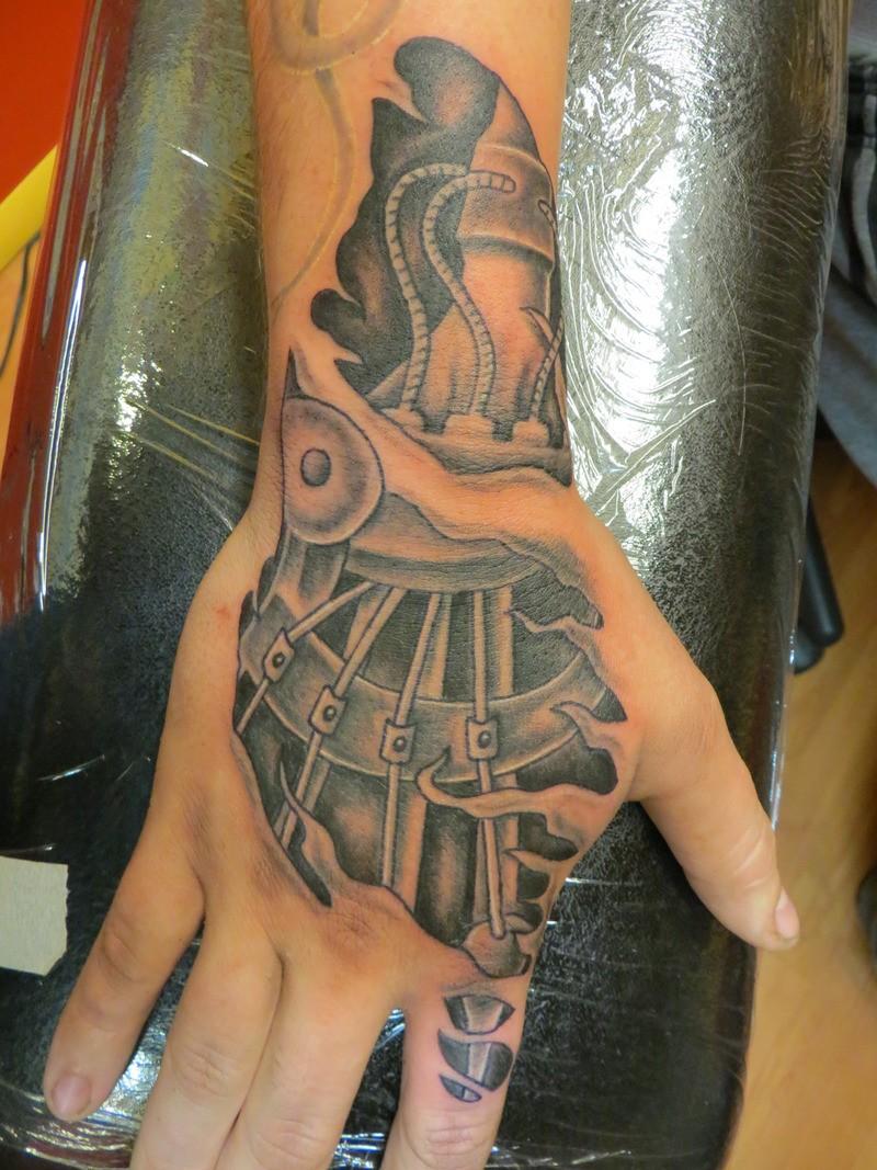 ottimo bianco e nero meccanica sotto pelle screpolata tatuaggio su mano