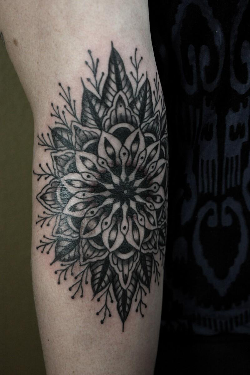 grande nero colorato fiore mandala tatuaggio su braccio