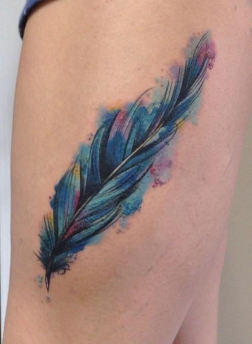 grande piuma colore blu rosso tatuaggio su coscia