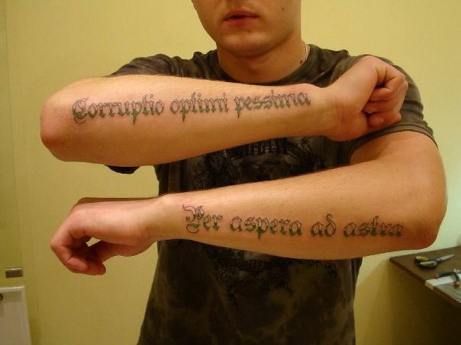 grande doppia citazione latina tatuaggio per uomo su due braccia