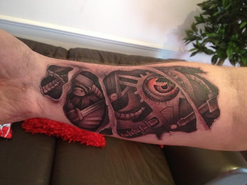 ottimo tatuaggio ferro dettagliato meccanico tatuaggio con occhio sanguinato su braccio