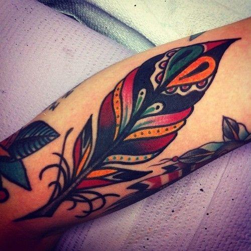 grande vecchia scuola colorato piuma tatuaggio su braccio