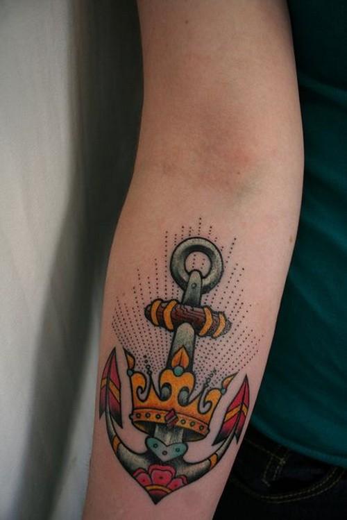 grande ancora antica scuola corona dorata  penetrata tatuaggio su braccio