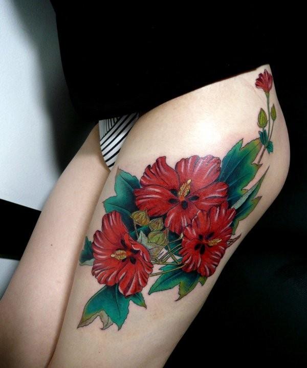 grande fiori rossi tatuaggio per ragazze su coscia