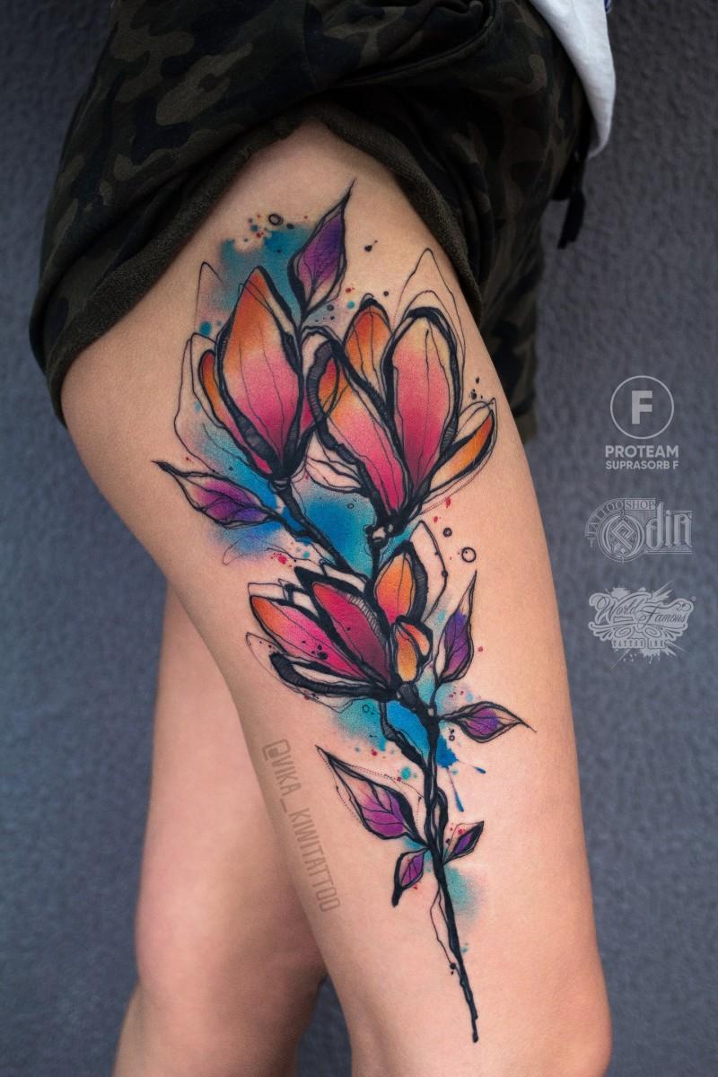 Grande tatuaggio con i fiori ad acquerello sull&quotanca