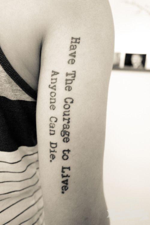 citazione avere coraggio di vivere tutti possono morire tatuaggio su braccio