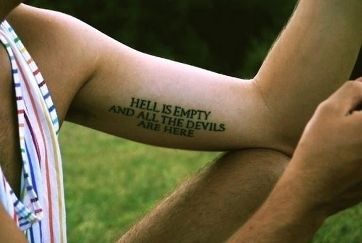 """citazione inferno e"""" morto tutti diavoli sono qui tatuaggio su braccio"""