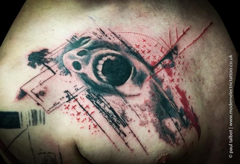 Tatuaggio scapolare colorato in stile horror con volto urlante
