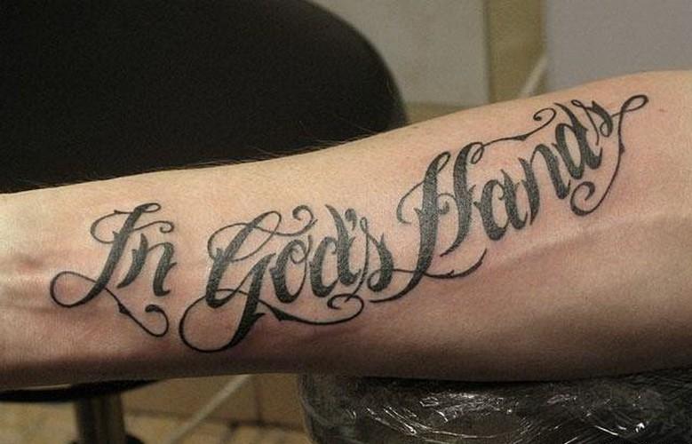 citazione nelle mani di dio tatuaggio su braccio