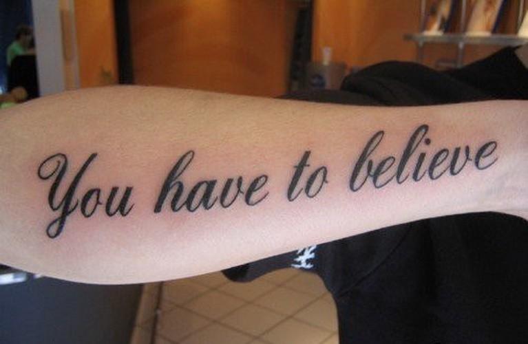 inspira di credere bella scrittura tatuaggio su braccio