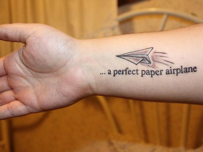 citazione sospeso con aeroplano tatuaggio su braccio