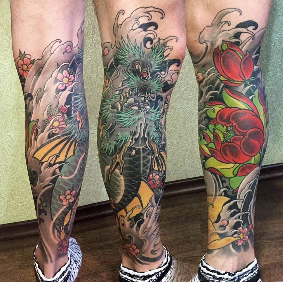 Tatuaje japonés en la pierna con dragón y flores