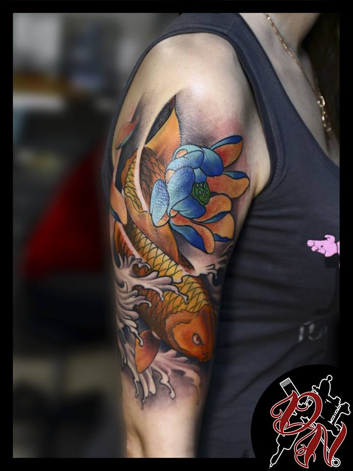 Tatuaggio con fiori e pesci Koi sulla spalla