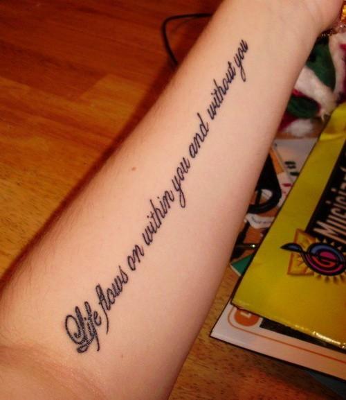 Tatuaje en el antebrazo, inscripción larga en inglés