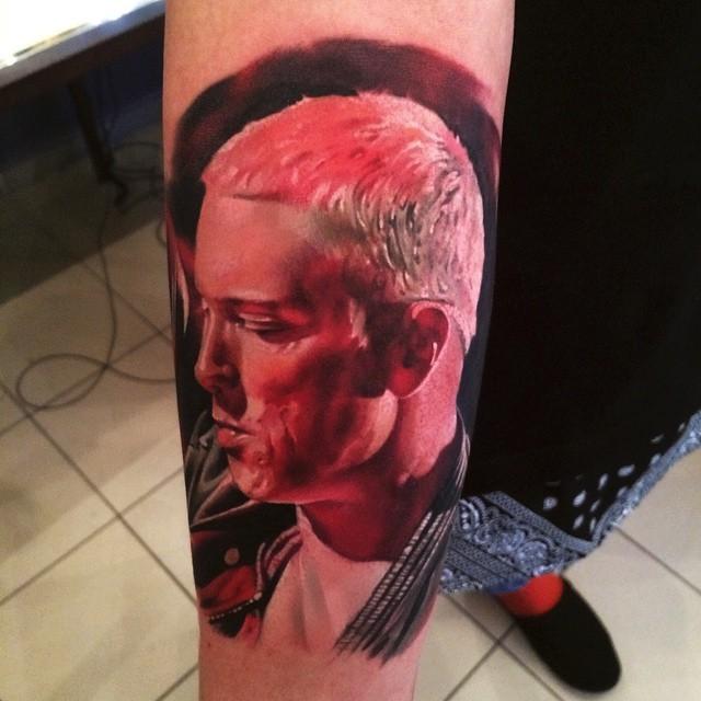 Tatuaggio con braccio colorato realistico del famoso ritratto di musicista