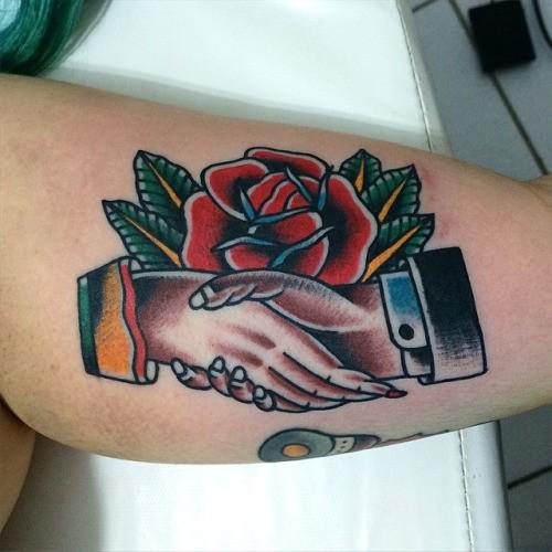 piccola rosa americano classico con stretta di mano tatuaggio
