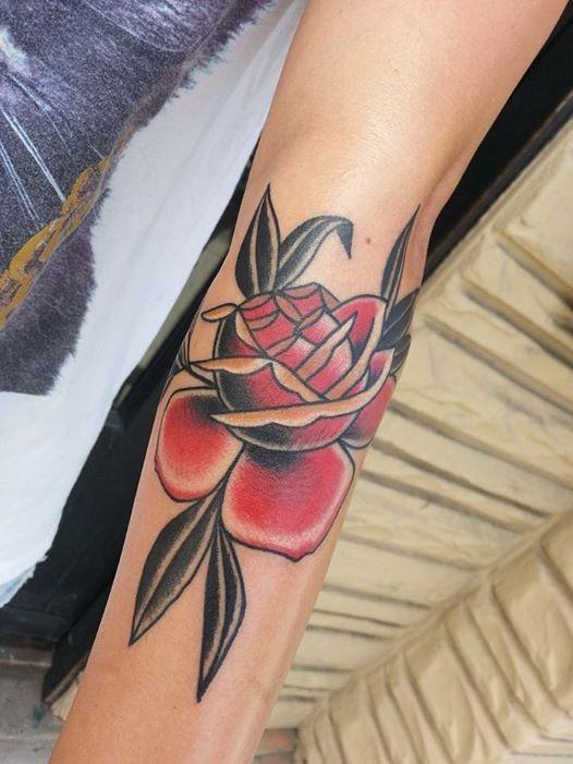 bella piccola rosa classico americano tatuaggio su braccio